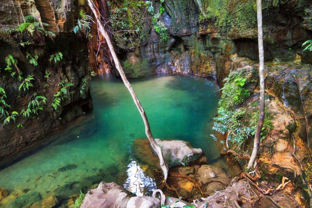 Vakker elv med et lite fossefall i en dal i Isalo nasjonalpark, Madagaskar
